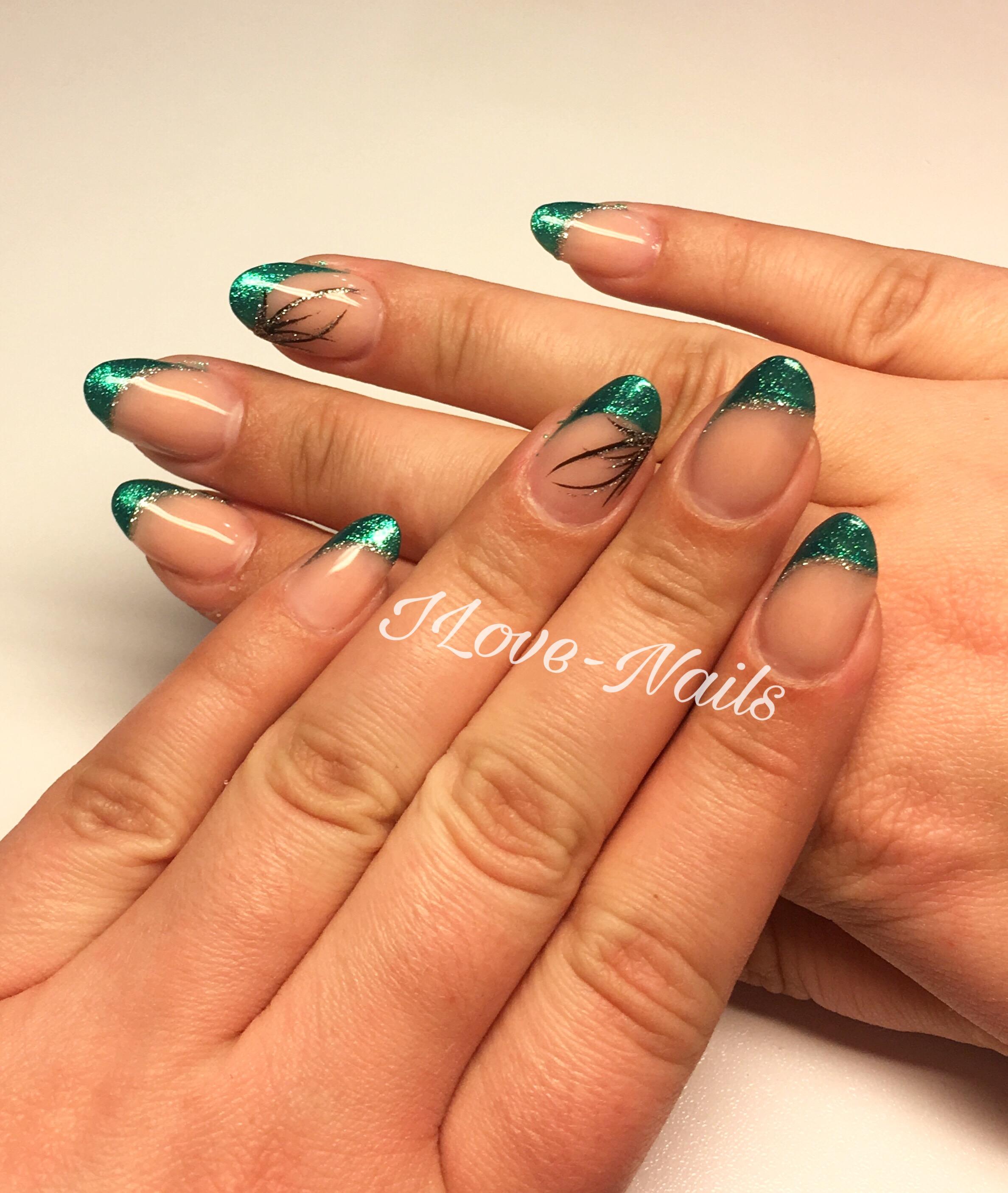 kurze runde Nägel, mit schrägem french und abstraktem malerei Design